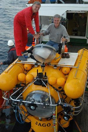 Forskningsubåden JAGO i Sortehavet. Piloten og den ene af aftenens forelæsere, professor i biogeokemi Bo Barker Jørgensen, går om bord. (Foto: Karen Hissmann, JAGO Team)