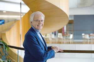 """Oluf Borbye Pedersen er dr.med. og professor i genomforskning ved Københavns Universitet. Han har siden 2010 været forskningsleder ved Novo Nordisk Fondens Metabolismecenter på Københavns Universitet. Han er at finde i det internationale førerfelt blandt videnskabsmænd der udforsker genetiske og miljømæssige årsager til livsstilssygdomme og han er blandt pionererne der belyser tarmbakteriernes rolle for sundhed og sygdomsrisiko. Uddannelses- og Forskningsministeriet har hædret ham med Forskningskommunikationsprisen for hans særlige evner til at kommunikere sin forskning til offentligheden – <a target=""""blank"""" href=""""https://www.youtube.com/watch?v=zNgfScoM48A&feature=youtu.be"""">se video</a>. Fx gør Oluf Borbye Pedersen kompleks forskning levende og let at forstå med sine beretninger om vores mikrober der hver dag udkæmper drabelige krige på os og inden i os. Han får os til at tænke over hvilke af mikroberne vi aktivt tager parti for. Og i mere eksistentiel forstand: hvem vi egentlig er som mennesker – med vores billioner af unikke mikrober som aktive livsledsagere. (Foto: Jakob Dall)"""