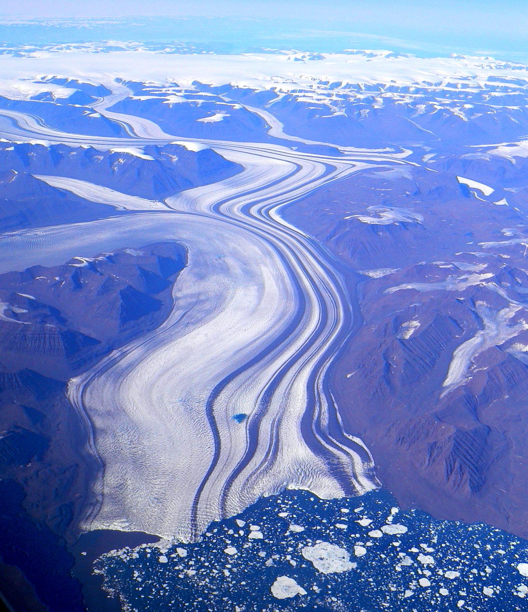 Kan grønlandsk mudder skabe vækst i troperne? Indlandsisen knuser det grønlandske grundfjeld når den bevæger sig over landet. Milliarder af ton, fint bjergartsmel bliver hvert år skyllet ud fra isen med smeltevand og aflejret i fjorde og søer. Det fine stenmel indeholder alle de mineralske næringsstoffer som planter har brug for til deres vækst, men på grund af det kolde arktiske klima forbliver størstedelen af melet inaktivt.  Store områder i troperne og subtroperne er karakteriserede ved at have ekstremt næringsfattige jorde fordi der gennem millioner af års varmt og fugtigt tropiske klima er sket en omfattende udvaskning af næringsstoffer. Tropejorde giver derfor typisk meget lave afgrødeudbytter, sammenlignet med fx danske jorde.  Minik Rosing og hans kolleger er ved at undersøge om man på samme tid kan skabe et nyt bæredygtigt erhverv i Grønland og revitalisere de forarmede tropejorde, og dermed skabe økonomisk vækst i fattige tropiske og subtropiske områder. (Foto: Steve Jurvetson, wikimedia.org)