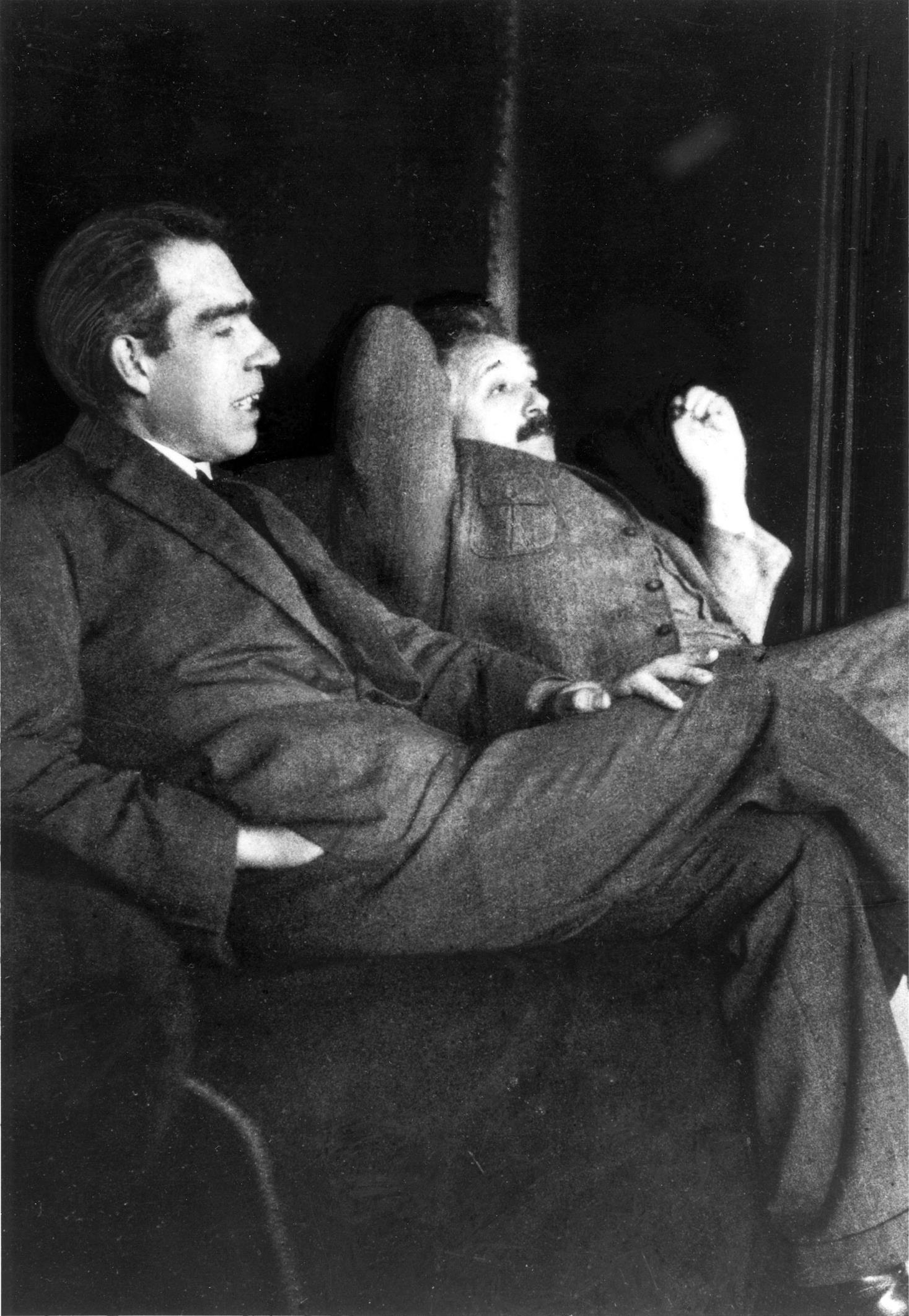 Niels Bohr (tv.) og Albert Einstein i samtale i den periode hvor kvantefysikken blev formuleret. Fotograferet i 1925.