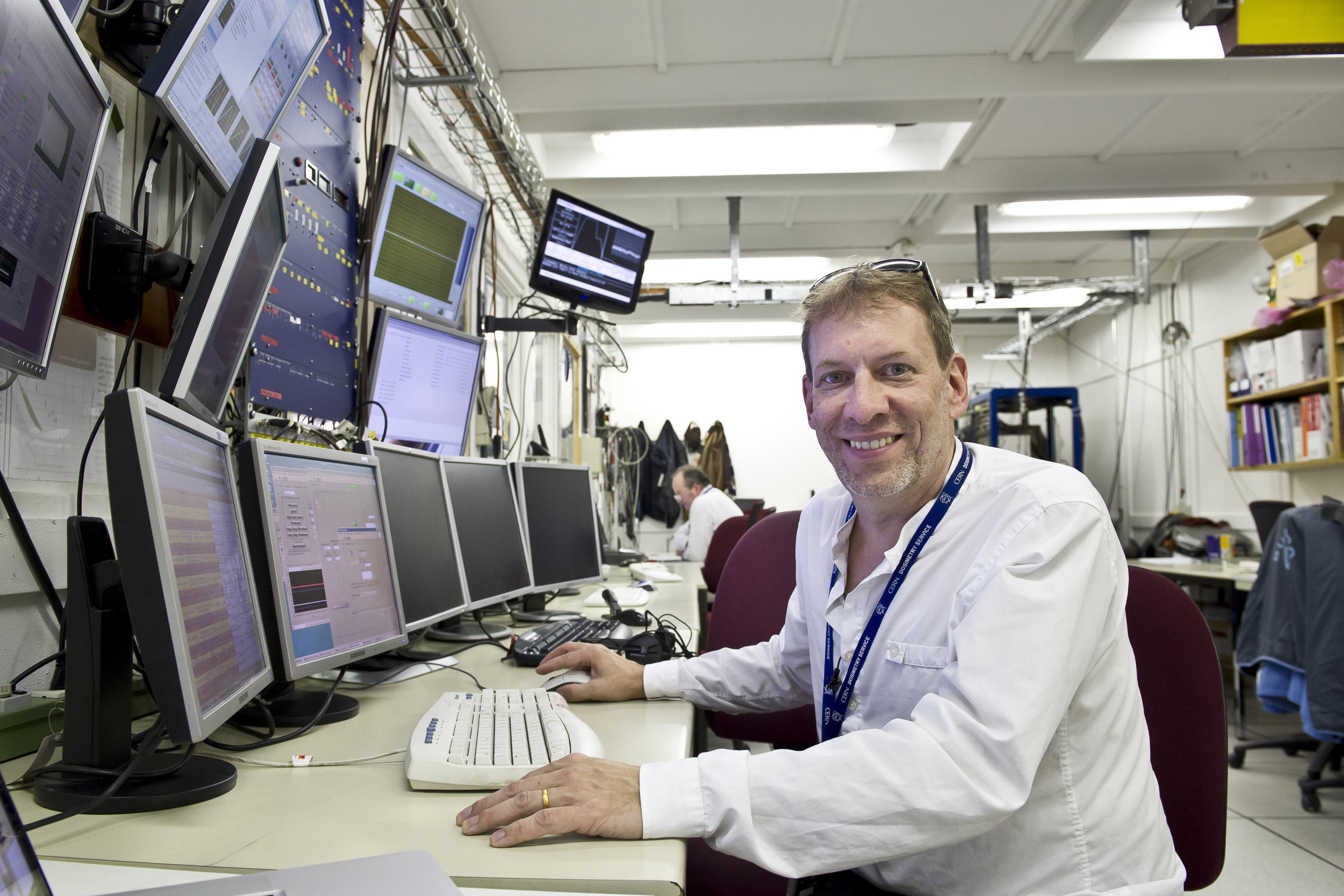 Aftenens forelæser, Jeff Hangst, i APLHAs kontrolrum på det europæiske partikelforskningscenter CERN hvor han og hans forskningsgruppe forsker i antistof. | Foto: CERN.