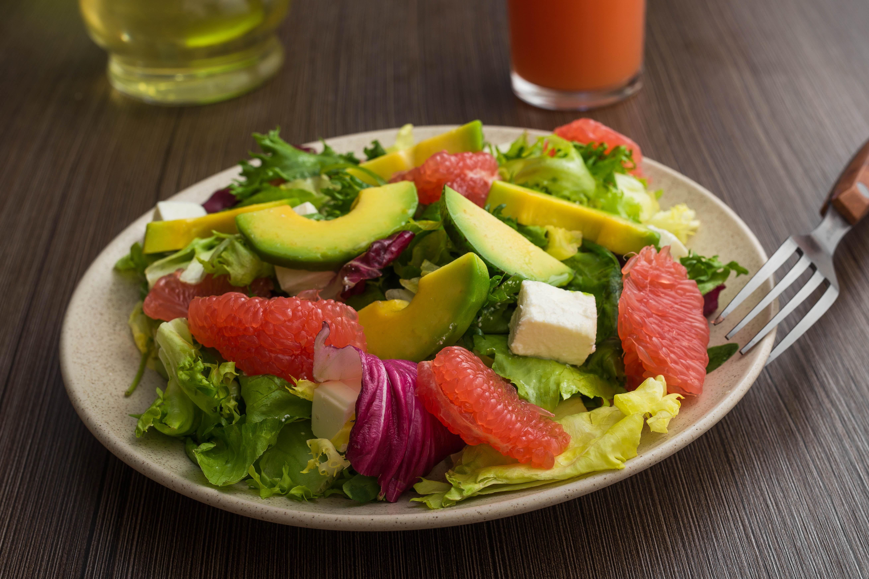 Hvilke bakterier du har i tarmen er meget afhængig af hvad du spiser. Derfor spiller tarmbakterierne og sund mad en afgørende rolle for dit helbred livet igennem.