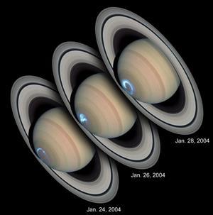 Ligesom her på Jorden er der også nordlys på Saturn. Nordlyset stammer fra partikler fra Solen som påvirkes af Saturns magnetfelt og påvirker gasserne i Saturns atmosfære og får dem til at lyse op. Det er andre gasser end dem vi har i Jordens atmosfære og Saturns nordlys lyser dermed også i andre farver end de nordlys vi kender her fra Jorden. (Foto: NASA)