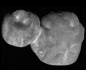 """Den 1. januar 2019 passerede NASA's rumfartøj New Horizons det fjerne isdækkede objekt Ultima Thule som ligger langt uden for Plutos bane i den kolde og mørke del af Solsystemet. Ultima Thule blev dannet i Solsystemets barndom for mere end 4 milliarder år siden og består af to """"snebolde"""" som har en diameter på hhv. 14 km og 19 km – objektet har derfor fået kælenavnet """"snemanden"""". (Foto: NASA)"""