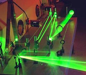 Laseren er et uhyre præcist måleinstrument som giver os mulighed for at undersøge den atomare og molekylære verden. Med laseren kan vi få enkelte atomer og molekyler at se og vi kan følge molekylernes bevægelser mens de indgår i kemiske reaktioner med hinanden.