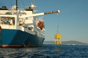 Et specialbygget undervandsinstrument, som er designet til at udforske de dybeste dele af verdenshavet, hentes her ombord på det danske forskningsskib Dana efter et testdyk på 600 meters dybde i Nuuk Fjord. (Foto: Rysgaard & Glud)